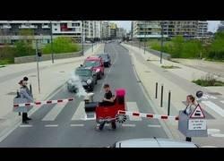Enlace a Remi Gaillard se convierte en un ferrocarril y hace perder la paciencia a conductores en plena carretera