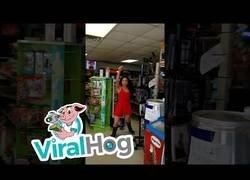 Enlace a Esta dependienta de una gasolinera entra en cólera con un cliente