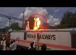 Enlace a Explota en llamas un hombre al electrocutarse encima de un tren