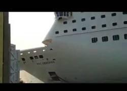 Enlace a El tremendo choque del crucero MSC Armonia contra un muelle en un puerto del Caribe