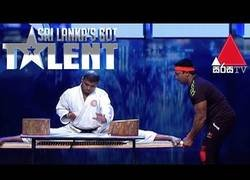 Enlace a Intentó demostrar sus artes de kárate nivel Dios en Got Talent Sri Lanka pero todo salió realmente mal