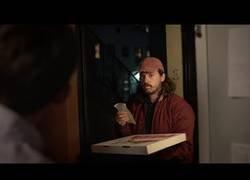 Enlace a Este repartidor de pizza llegó con un pedido a una casa y se encontró con una sorpresa mayúscula