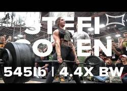 Enlace a Ella es Stefanie Cohen, pesa 56 kilos y logra levantar cuatro veces su peso (248kg)