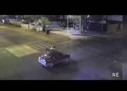 Enlace a Una chica de 14 años cruzó en rojo con la moto, chocó contra un auto y terminó sentada en el techo