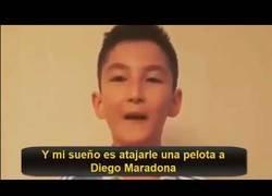 Enlace a Nació sin piernas y su sueño era jugar con Maradona: lo consiguió