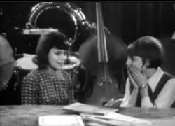 Enlace a La grabación de cámara oculta cuando entra un profesor todo bueno a clase en 1965