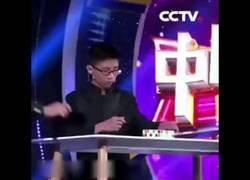 Enlace a Este asiático formó tres cubos de Rubik mientras hacía malabares con ellos