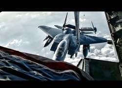 Enlace a Así reposta un F-15 en pleno vuelo