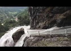 Enlace a Bajando por una carretera del Nepal convertida en una catarata