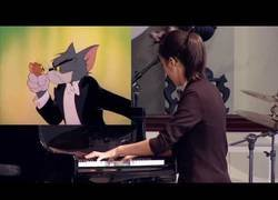 Enlace a Esta música interpreta con su piano una famosa escena de Tom y Jerry