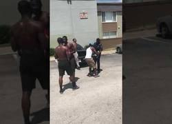 Enlace a Cuando eres policía y te retas a un combate de boxeo con el malote del barrio