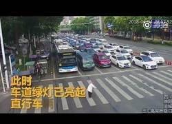 Enlace a Este policía chino llevó montado en su espalda a un anciano que se quedó a mitad del cruce en un paso de cebra