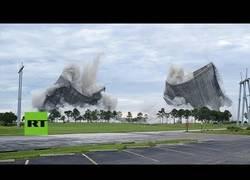Enlace a Derriban dos centrales eléctricas en apenas pocos segundos en Florida