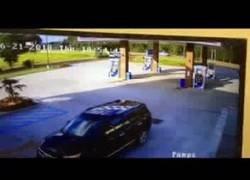 Enlace a Conductor logra evitar los surtidores cuando se estrella en una gasolinera
