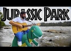 Enlace a Interpretando la mítica canción de Jurassic Park mientras lleva un curioso atuendo