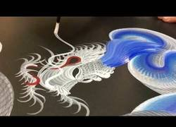Enlace a El gran arte de Keisuke Teshima dibujando dragones