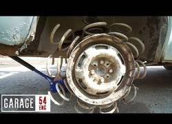 Enlace a Esto sucede si le pones muelles a tus neumáticos
