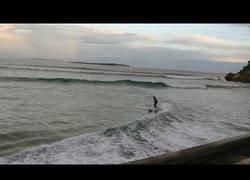 Enlace a La genial forma para coger olas adaptándose al medio