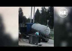 Enlace a La tierra se traga este camión pocos segundos después de salir su conductor