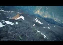 Enlace a Brendan Weinstein surfeando las montañas de Suiza de la forma más loca posible