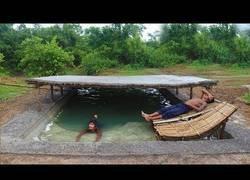 Enlace a Este chico construye una piscina rústica sin materiales modernos, con sus propias manos