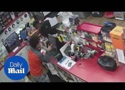 Enlace a Tres jóvenes acuden a una gasolinera a robar y al dependiente le da un ataque al corazón