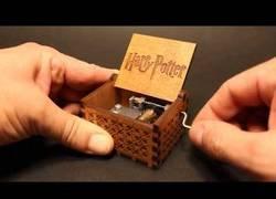 Enlace a La caja de música que reproduce la BSO de Harry Potter