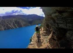 Enlace a Haciendo un camino por el Nepal en bici por un camino en el que hay que tener valor para pasar