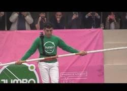 Enlace a Este equilibrista marroquí desafió la gravedad pasando por un cable de 50 metros de altura