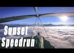 Enlace a Practicando con el ala delta en las montañas suizas en plena puesta de sol