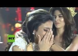 Enlace a Ganadora de un concurso de belleza en Birmania se desmaya al anunciarse su nombre