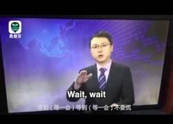 Enlace a Presentador chino mantiene la calma durante un terremoto en directo