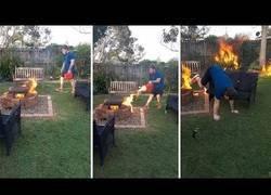 Enlace a Hombre prende fuego a su jardín por hacer tonterías