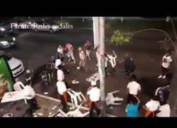 Enlace a Brutal batalla campal entre turistas y empleados en una taquería de México