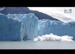 Enlace a Así de impresionante es ver el desprendimiento de icebergs