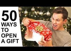 Enlace a 50 maneras de abrir un regalo, para que te vayas preparando la reacción