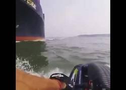 Enlace a Chico en moto de agua casi es engullido por un carguero