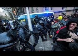 Enlace a La confrontación de policías y manifestantes en Cataluña.