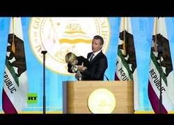 Enlace a Discurso del gobernador de California interrumpido por su hijo