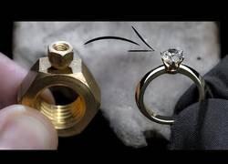 Enlace a Convirtiendo dos tuercas en un anillo de diamantes