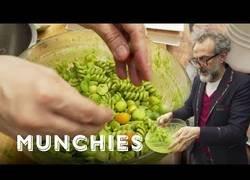 Enlace a Cocinando pesto con Massimo Bottura el chef del restaurante númeor 1 del Mundo