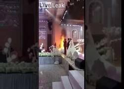 Enlace a Un gran incendio no detiene una boda y el cura la hace seguir sin hacer caso al fuego
