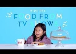Enlace a Niños prueban comidas de series clásicas de televisión