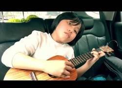 Enlace a Este niño tocando Zombie de The Cranberries con el ukelele lo está petando