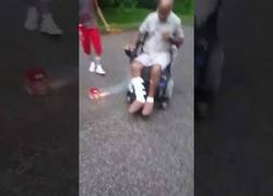 Enlace a Este hombre en silla de ruedas enciende unos fuegos artificiales y se queda sin escapatoria