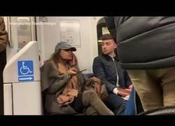 Enlace a Altercado en el metro por esta mujer que no quería quitar su bolso del asiento