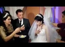 Enlace a La novia le da una broma al novio tras intentar darla de comer y le da un bofetón en la cara con fuerza