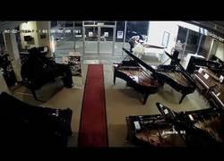 Enlace a Este tipo va a robar a una tienda de pianos y lo que se lleva es algo sorprendente cuanto menos