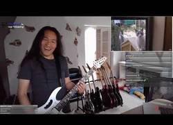Enlace a El guitarrista de Dragonforce le pone música con su guitarra a los memes más conocidos de su mítico tema 'Through the fire and flames'