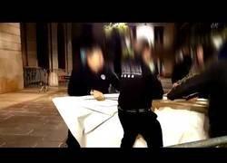 Enlace a Un grupo de personas descuelga el lazo amarillo de la fachada del Ayuntamiento de Barcelona